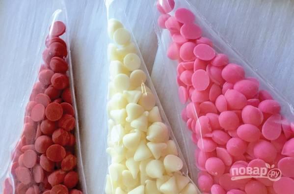 5. Очень удобно использовать для украшения цветной шоколад. Также можно взять белый шоколад и разноцветные пищевые красители, например.