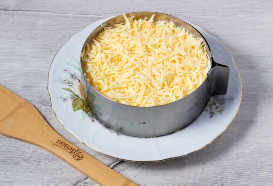 Последний слой - натертый на мелкой терке сыр. Украсьте салат зеленью и грибочками наколотыми на зубочистку. Уберите на 30-60 минут в холодильник и можно подавать к столу!
