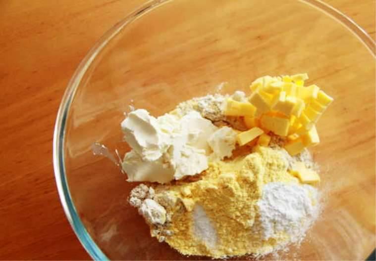 Смешайте треть сливочного сыра, масло, муку, разрыхлитель и щепотку соли. Сформируйте из теста шар.