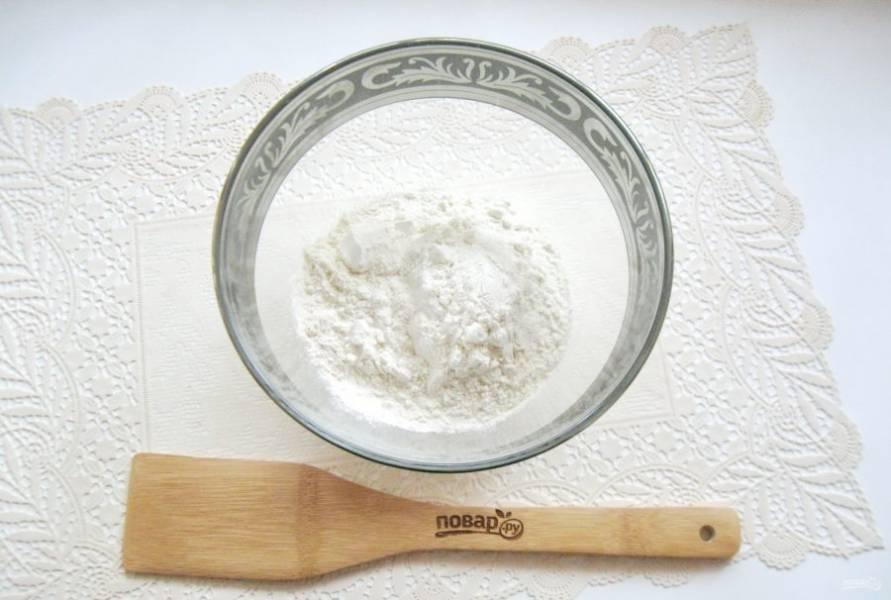 В глубокую миску насыпьте просеянную муку.