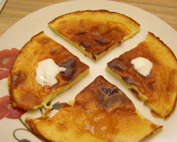 4. Разрезаем на кусочки, поливаем медом или сметаной. Приятного аппетита!