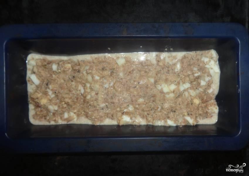 3. Теперь в форму вливаем половину теста, потом выкладываем рыбную начинку и заливаем всё оставшимся тестом. Запекаем пирог примерно полчаса при 200 градусах.