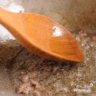 10. Если фрикадельки - большие, то разбейте их деревянной лопаточкой и обжарьте просто фарш.