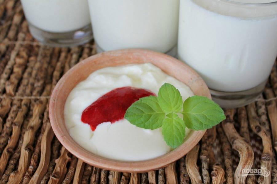 6. Готовый домашний йогурт подаем с ягодами, кусочками фруктов или со смузи, храним в холодильнике. Ешьте на здоровье.