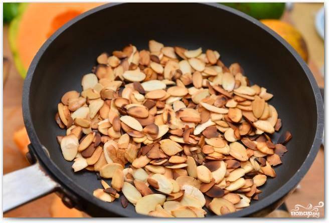 Орешки тонко нарезаем и немножко поджариваем на сковороде.