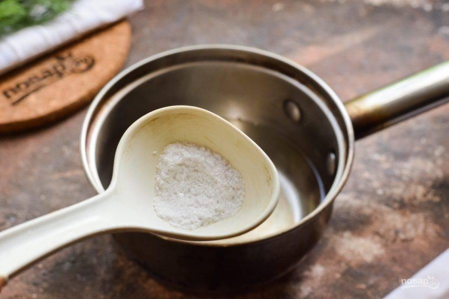 Спустя время слейте воду в кастрюлю, добавьте соль и варите 3 минуты. В конце добавьте уксус, выключите огонь.