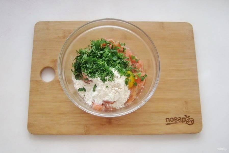 Добавьте нарезанную зелень и соль по вкусу. Можно поперчить и приправить специями.