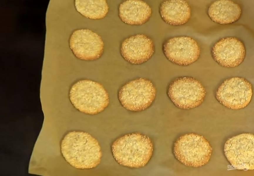 3.  Выложите печенье на застеленный пергаментной бумагой противень на расстоянии друг от друга. Выпекайте печенье в разогретой до 200 градусов духовке 10-12 минут до легкого золотистого цвета.