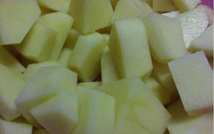 2. Когда горох размягчится, добавим картофель, порезанный ломтиками. Уменьшаем огонь.