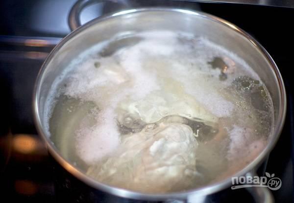 1. Первый процесс - это варка куриной грудки и яиц.