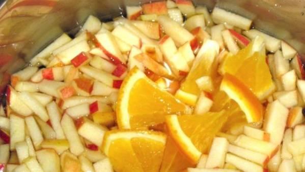 Добавьте апельсины в кастрюлю, продолжайте варить.