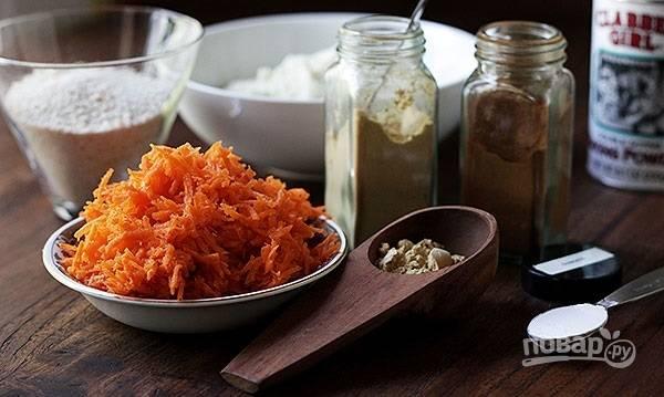 1. Морковь очистите и натрите на мелкой терке. Подготовьте остальные ингредиенты и включите духовку, чтобы она разогревалась до 190 градусов.