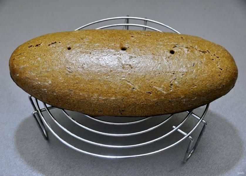 Выложите хлеб на решетку до полного остывания на 8-12 часов.