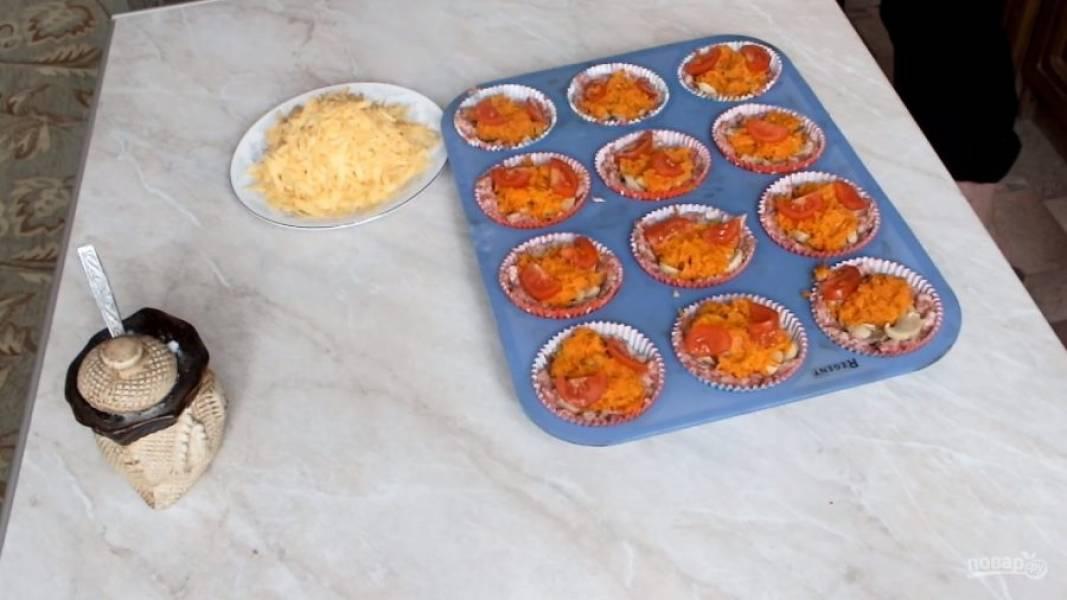 Порежьте помидоры небольшими кусочками и отправляйте запекаться корзиночки в заранее разогретую духовку до 180 градусов на 30 минут.