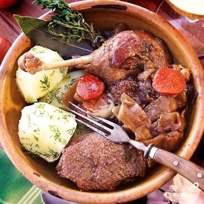Спустя два часа блюдо будет готово. Подавать можно с картофельным или другим гарниром, а можно и без ничего - овощи ведь там уже есть. Приятного аппетита!