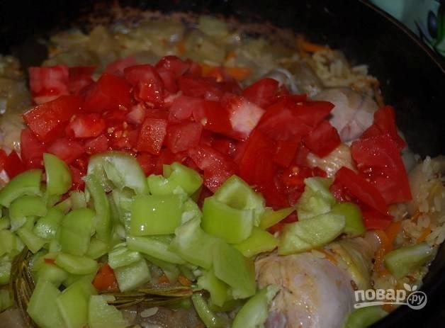 9. В середине процесса добавьте нарезанный помидор и болгарский перец.