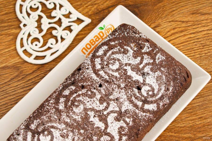Готовый шоколадно-банановый хлеб немного остудите в форме, затем полностью на решетке. По желанию присыпьте сахарной пудрой. Приятного аппетита!