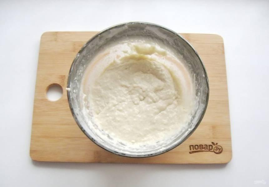 Влейте в муку с солью молоко с дрожжами, сахаром и подсолнечным маслом. Замесите некрутое тесто. По консистенции оно должно быть, как на густые оладьи.