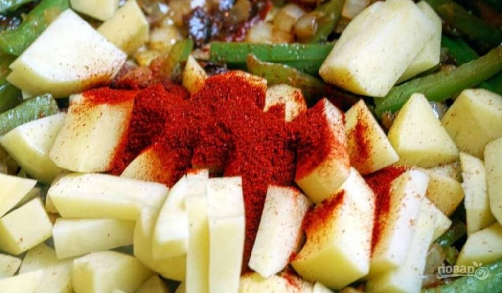 Сложите обжаренные овощи, картофель и чеснок в глубокую сковороду или сотейник. Добавьте чеснок и паприку.