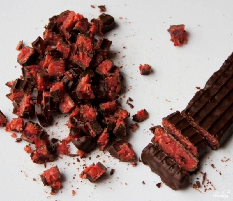 Шоколад с вишневым наполнителем измельчаем.