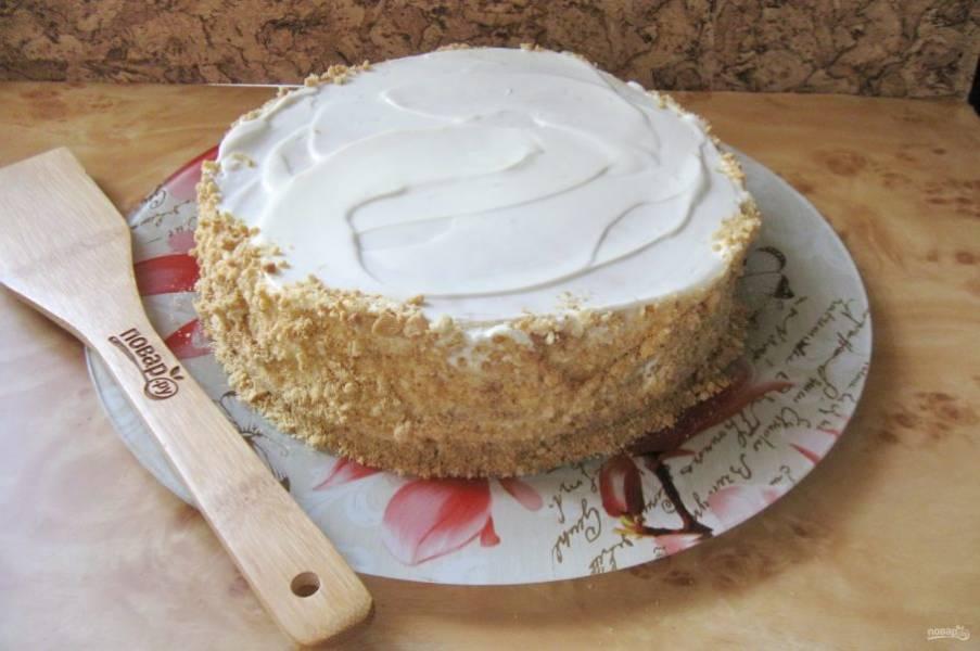 Посыпьте бока торта крошкой.