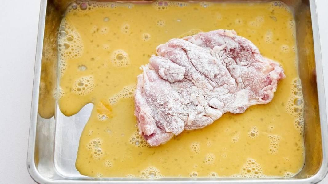 3.Окуните мясо полностью в яйцо с двух сторон.