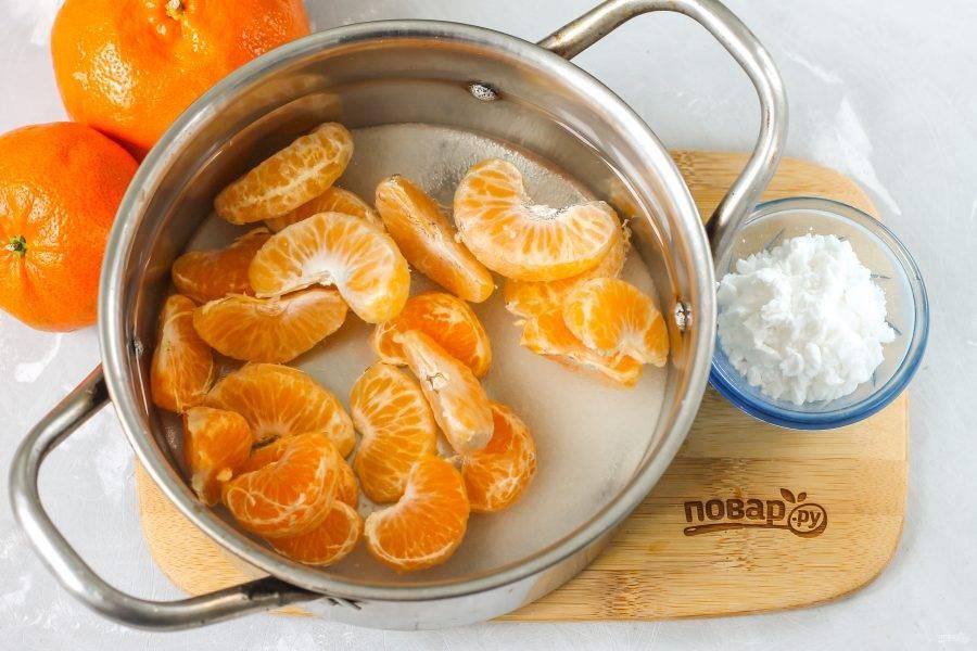 Влейте 650 мл. воды и поместите емкость на плиту. Отварите компот в течение 12-15 минут до мягкости мандариновых долек. 50 мл. воды оставьте на потом.