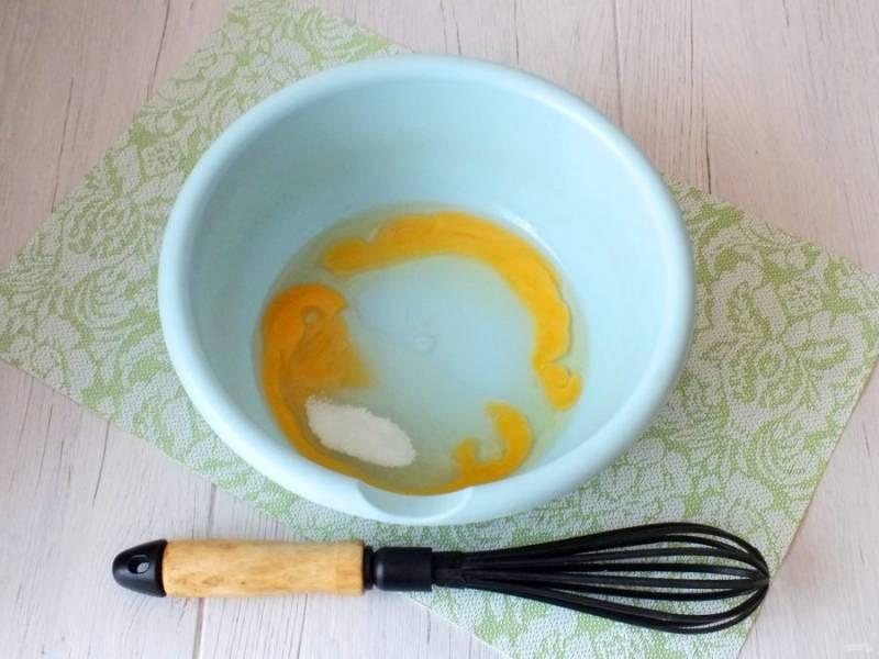 В чашу разбейте яйца, добавьте сахар, соль. Взбейте венчиком.
