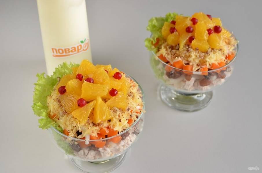 8. Последний слой — апельсиновые кусочки. Можно украсить ягодами брусники, калины, смородины или зернами граната.