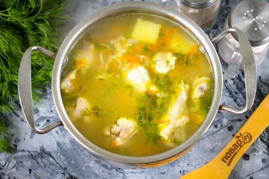 Попробуйте суп на вкус, подкорректируйте его при необходимости. Выключите нагрев.