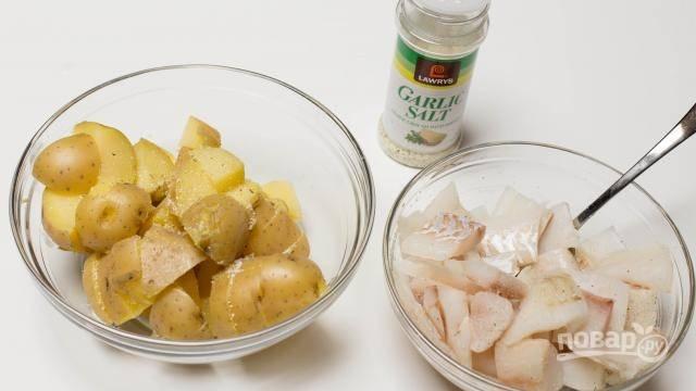 Добавьте к треске и картофелю чесночную соль или отдельно соль и гранулированный чеснок.