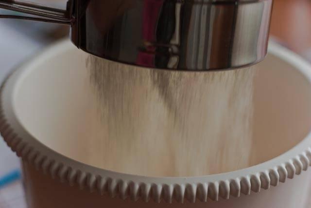 1. Рецепт приготовления блинчиков со сгущенкой начинается с теста. Сперва необходимо просеять муку и добавить в сухую смесь сахар и щепотку соли.