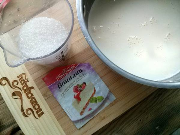 2.      Сливки, сахар и ванилин смешайте в одной ёмкости и доведите до кипения. Залейте сливочной смесью уже набухший желатин.
