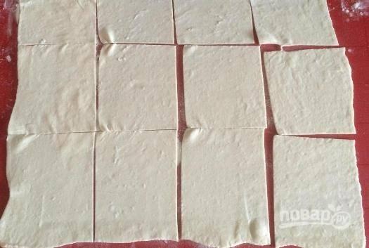 Фарш готов, приступим к тесту. Готовое тесто нужно тонко раскатать, а затем разрезаем его на 12 прямоугольников.