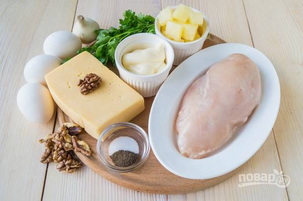 Проверяем, все ли ингредиенты для салата у нас есть :) Очистим чеснок, измельчим и смешаем с майонезом.