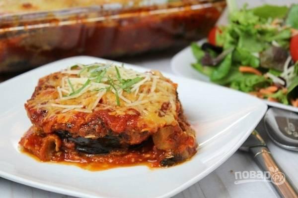 Запеченные баклажаны с томатным соусом и сыром