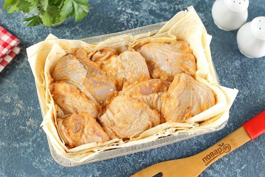 Сверху на лаваш выложите курицу. Здесь важно, чтобы мясо лежало в один слой и между кусочками не было пустого пространства (выбирайте форму подходящего размера).