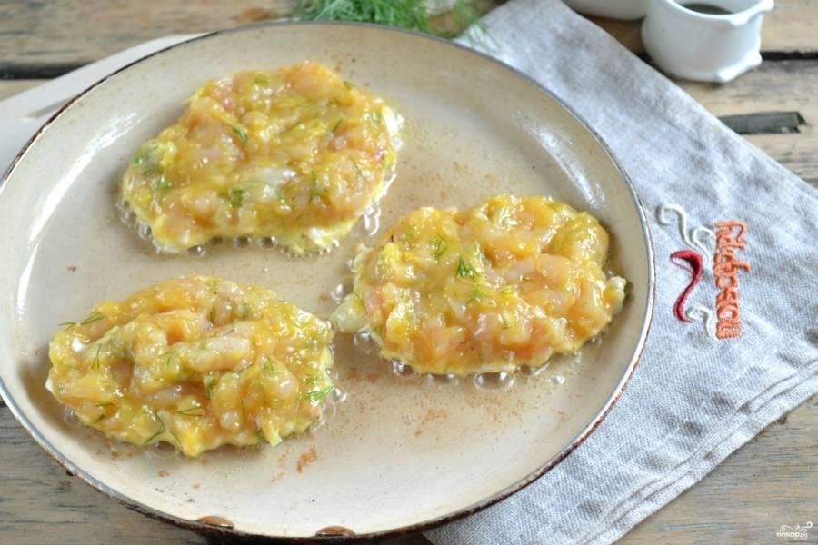 В сковороду налейте подсолнечного масла, хорошенько разогрейте. Ложкой выложите на сковороду фарш, обжарьте с каждой стороны до румяной корочки. Жарьте на среднем огне по 2-3 минуты с каждой стороны.