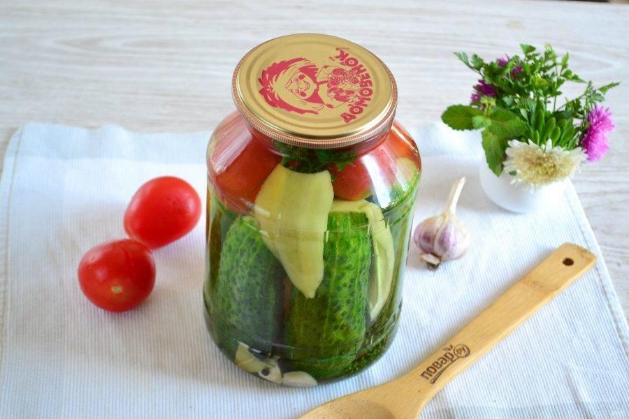 Вскипятите воду и залейте баночку с овощами крутым кипятком. Оставьте минут на 15-20. Затем воду слейте и повторите процедуру.