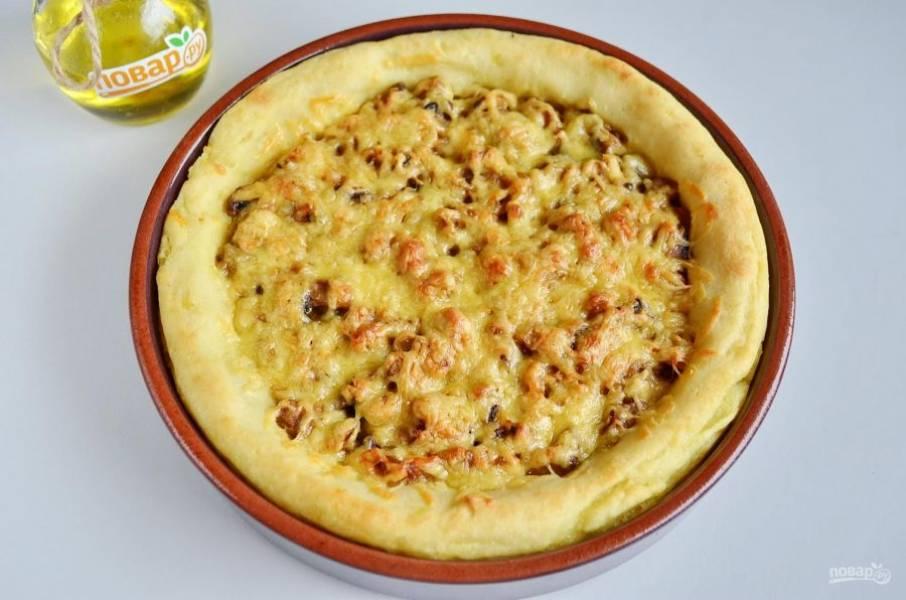 10. Картофельный пирог с грибами и сыром готов. Дайте ему немного остыть, потом порежьте на кусочки  подавайте с овощами или салатом. Приятного!