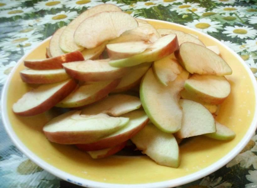 А пока режем яблоки. Сюда подойдут и сладкие, и кислые сорта. Нарезаю их на кусочки и очищаю от сердцевины. Режу на красивые дольки и накрываю пакетом, чтобы не заветрились.