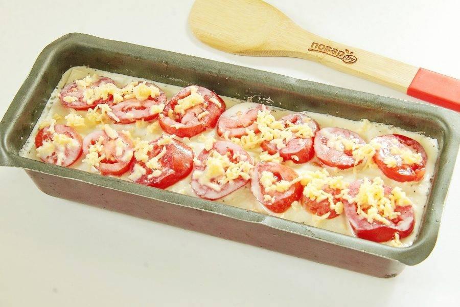 Чередуйте слои таким образом до самого верха. Сверху на лаваш положите нарезанные кружками помидоры, вылейте заливку и посыпьте все оставшимся сыром.