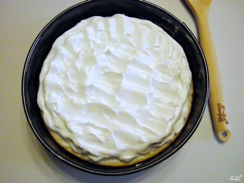 Достаньте пирог из духовки и распределите ложкой меренгу по всей поверхности. и отправьте пирог снова в духовку на 15 минут, с температурой 160 градусов.