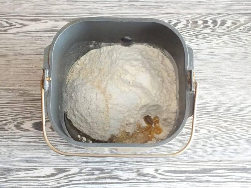 """В ведерко хлебопечки перелейте дрожжевую смесь. Выложите остальные ингредиенты. Выберите программу """"Французский хлеб"""", время 4 часа. Включите """"Старт"""". Первые 20 минут ингредиенты будут прогреваться, а после начнётся замес. Наблюдайте, чтобы тесто скаталось в мягкий, однородный комок."""