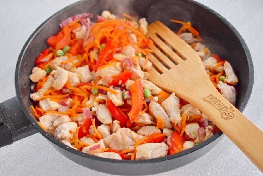 Добавьте зеленый горошек, соль, перец по вкусу, готовьте еще 2-3 минуты.