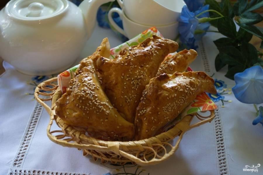По данному рецепту мы сможем приготовить вот таких румяных красавцев. Данные конвертики близки по вкусу к закусочным пирожкам, их предполагается подавать как соленую закуску к столу.