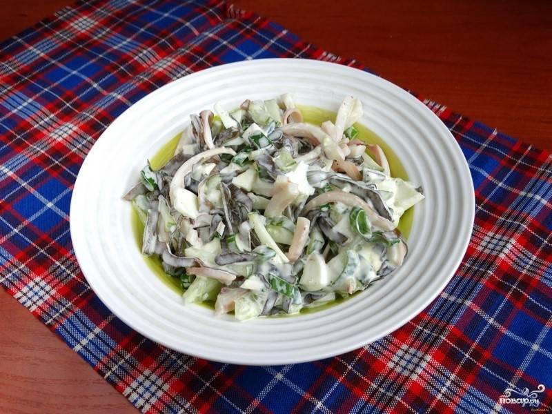 8.Тщательно перемешиваем салат, отправляем его в холодильник, чтобы как следует настоялся.