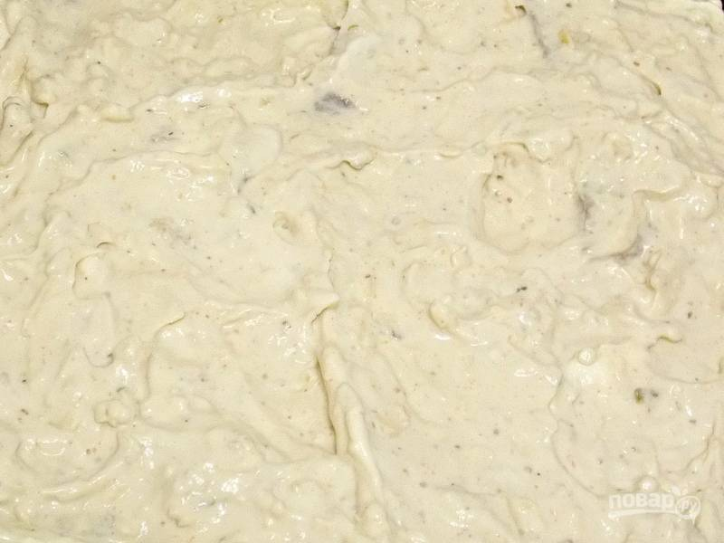 Смешайте сметану, яйца, аджику и соевый соус. Посыпьте мясо тертым сыром и залейте все  заливкой. Уберите в холодильник, чтобы мясо лучше пропиталось, на 30 минут.