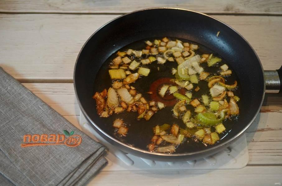 6. Половину нарезанного лука очень хорошо обжарьте. Затем лук удалите из сковороды, он нам больше не понадобится.