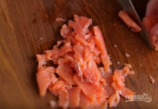 3. Красную рыбу нарежьте длинными полосками и немного смажьте оливковым маслом.